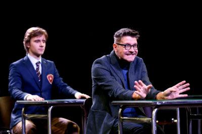 zdjęcie - aktorzy siedzą w ławkach
