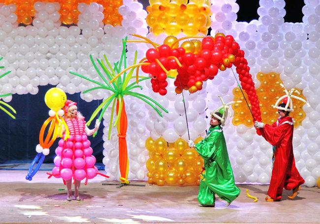 zdjecie- zamek zbudowany z balonów